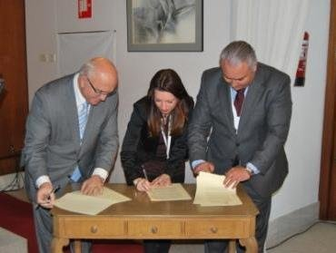 El cacm firma el documento para contribuir a la resoluci n for Via extrajudicial