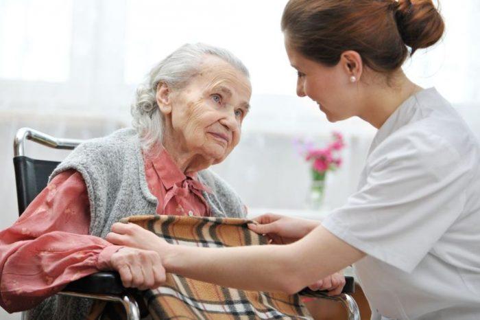 Enfermera cuidando a mujer anciana