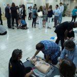 Jóvenes con síndrome de down enseñando sobre desfibriladores y reanimación pulmonar