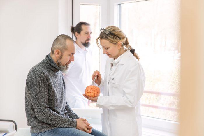 paciente siendo diagnosticado de esclerosis multiple