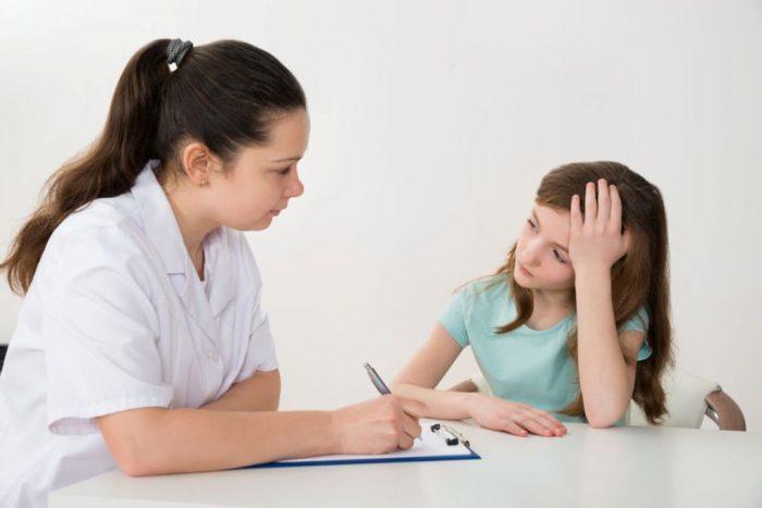 Psicóloga con niña