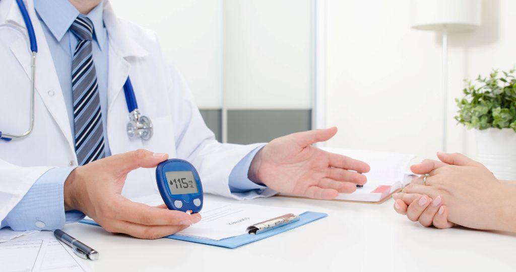 paciente enseñando diabetes tipo 1