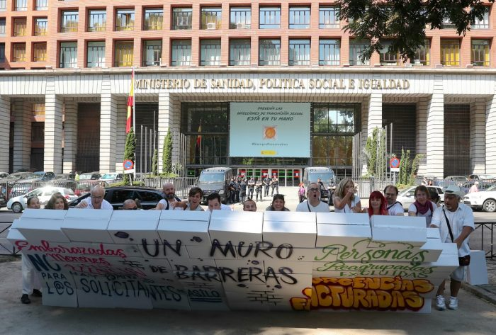 Manifestantes de REDER piden cobertura sanitaria para los migrantes.