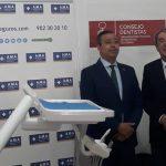 Óscar Castro, presidente del Consejo General de Dentistas, durante su visita a la clínica dental del CETI de Melilla.