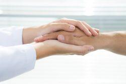 manos médico paciente EM