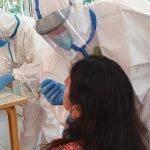 profesionales haciendo diagnóstico de COVID-19