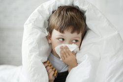 Niño con virus respiratorio