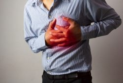 hombre sufriendo un infarto