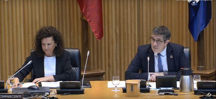 Josefa Cantero y Patxi López, presidente de la Comisión.