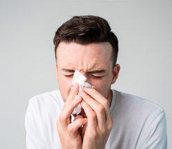 Joven con alergia provocada por el asma