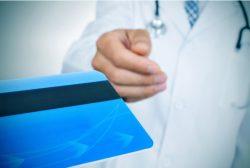 médico recogiendo una tarjeta