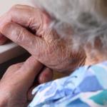 Manos de anciana con control del LDL con estatinas