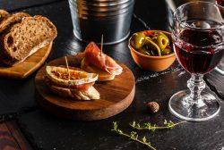 aperitivo con aceitunas y vino