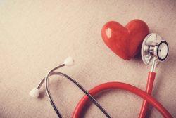 Corazón y estetoscopio. Importancia de la terapia combinada