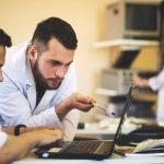 médicos jóvenes consultando ordenador