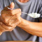 enfermo de Parkinson comiendo