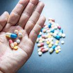 Fármacos de rosuvastatina y ezetimibe en la mano