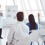 médicos en una clase de formación