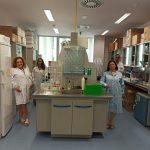Investigadores que han desarrollado apósitos liberadores de sustancias naturales para reducir resistencias a antibióticos, en su laboratorio