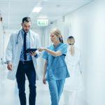 médicos consultando información en un hospital
