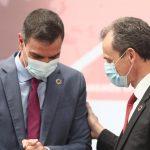 Pedro Sánchez y Pedro Duque saludándose antes de la presentación del plan de choque a la ciencia