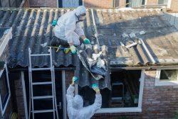 Profesionales retirando amianto con medidas de seguridad