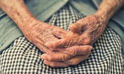 manos mujer mayor
