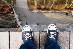 Joven subido al alfeizar con intenciones suicidas