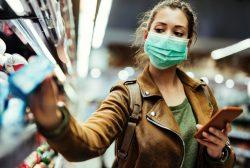 Mujer en supermercado usando la app de rastreo