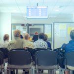 pacientes esperando en un centro de salud