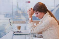 mujer deprimida frente al ordenador