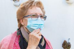 enferma crónica con mascarilla