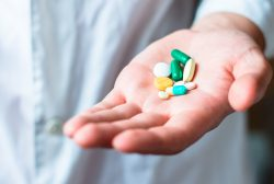 Medicamentos hipolipemiantes en mano de un doctor