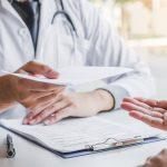 Médico incidiendo en la adherencia para prevención secundaria