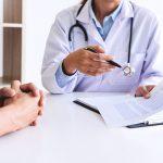 Médico en consulta con paciente hablando de la importancia de la adherencia en el control del riesgo cardiovascular