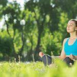 Chica meditando en el campo para mejorar su estilo de vida