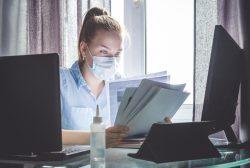 estudiante de Medicina en casa