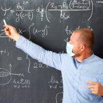 Profesor impartiendo clase con mascarilla