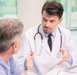 Médico aconsejando a su paciente con hiperplasia benigna de próstata