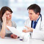 Doctor poniendo tratamiento a paciente con migraña