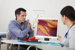 Consulta de un paciente con el cardiológo para analizar su colesterol