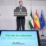 Juanma Moreno, presidente de la Junta de Andalucía, anuncia que elimina las subastas de medicamentos