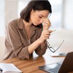 Mujer teletrabajando con vista cansada