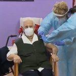 Una mujer de Guadalajara, en la primera jornada de vacunación COVID-19 en España.