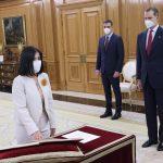 Imagen de Carolina Darias mientras promete su cargo como ministra de Sanidad