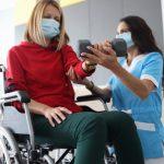 Fisioterapeuta realizando rehabilitación en casa con paciente