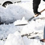 Voluntario quitando nieve