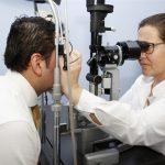 Los oftalmólogos alertan del descenso de revisiones durante la pandemia. Imagen de recurso de una revisión oftalmológica.
