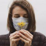 Las mujeres con COVID-19 sufren más pérdida del olfato y el gusto. Una mujer huele una flor