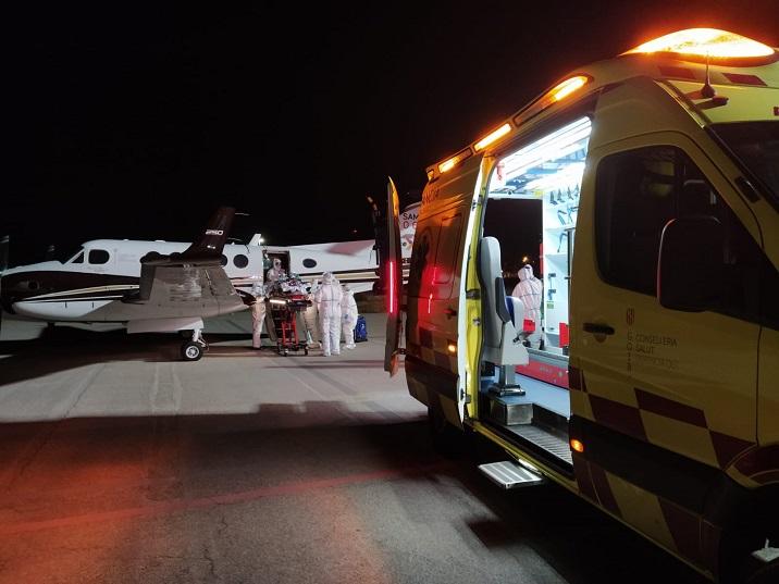 Avión y ambulancia para el transporte de pacientes críticos.
